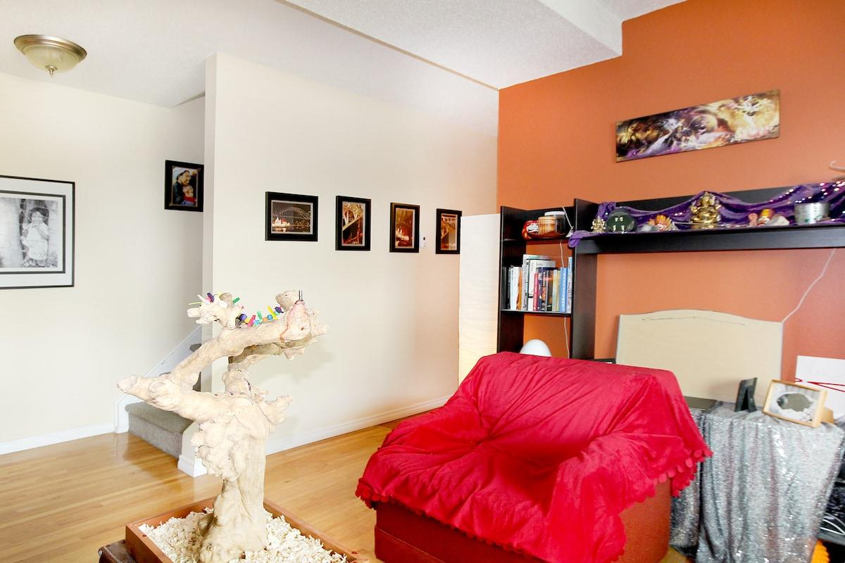 Cozy Room in Artsy Townhouse!