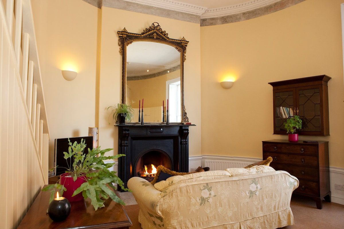 Georgian elegance with unique curved walls