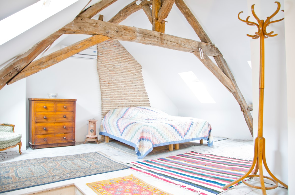 Stunning and extra quiet en suite bedroom with super kingsize bed, antique furniture, original tiled for and exposed beams. Air conditioning if needed.