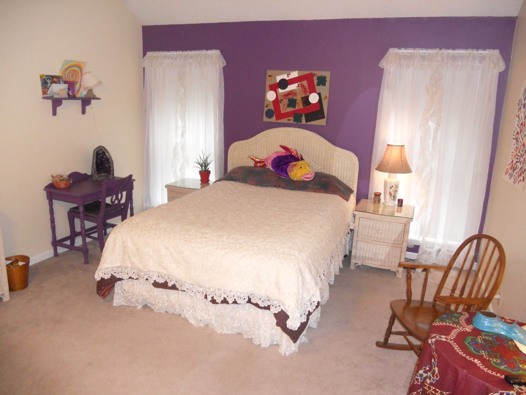 this is the best picture of the QUEEN room, it has a private bath and is spacious and has a vaulted celining...