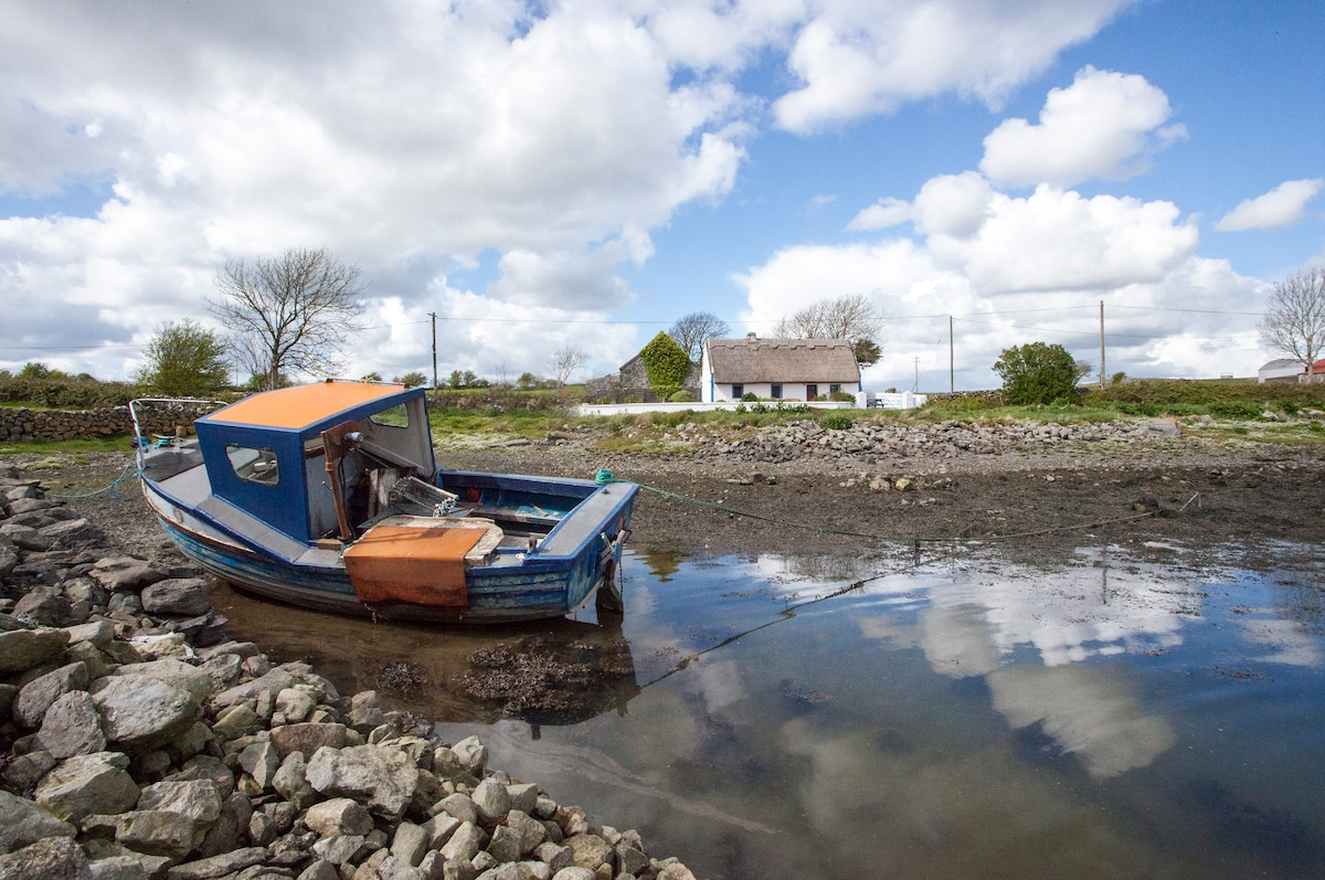 Idyllic Irish cottage on Galway Bay, the real Ireland near beautiful villages with great food and music