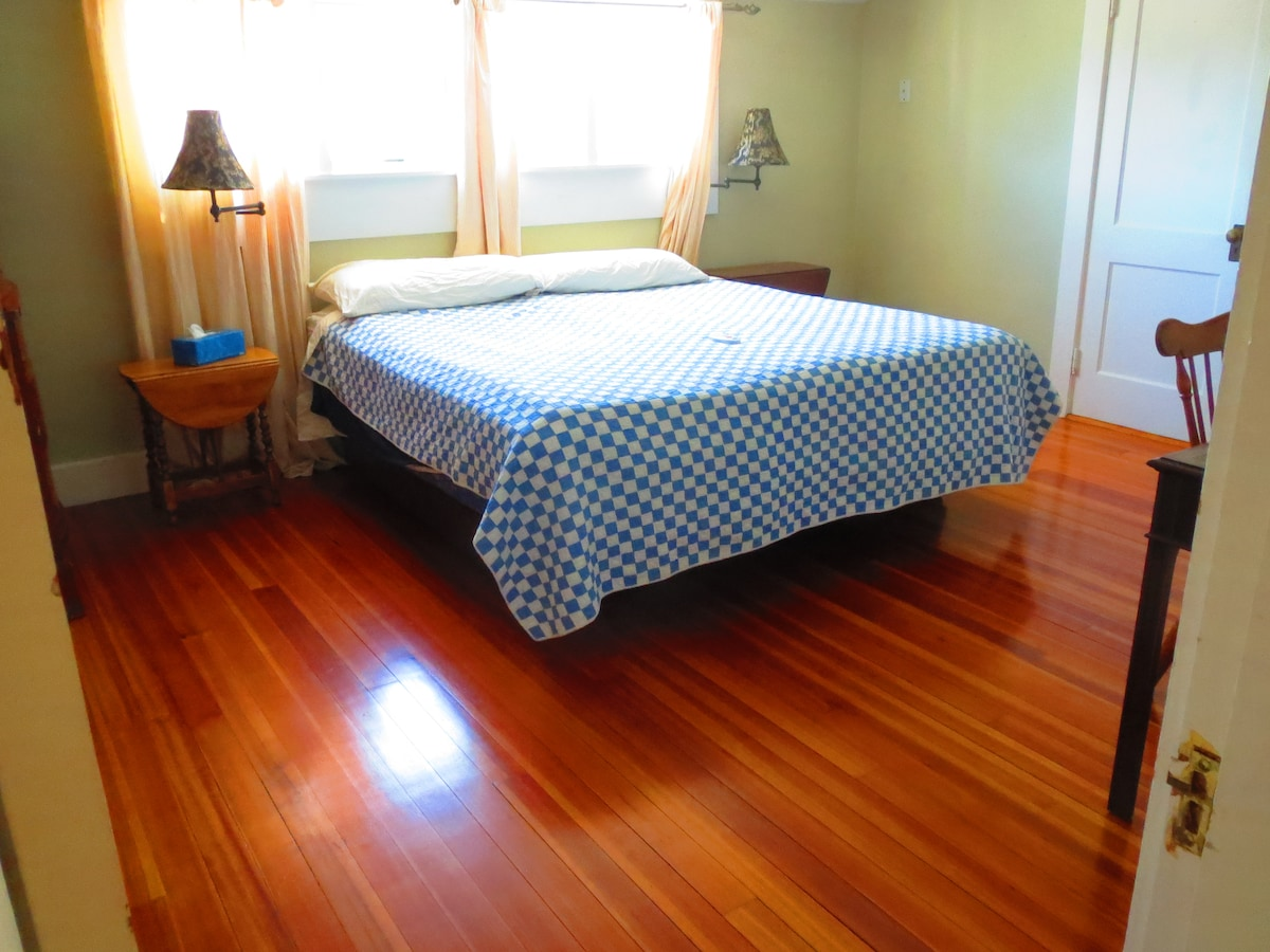 LARGE room has a King bed (or 2 twins). Beautiful floors.