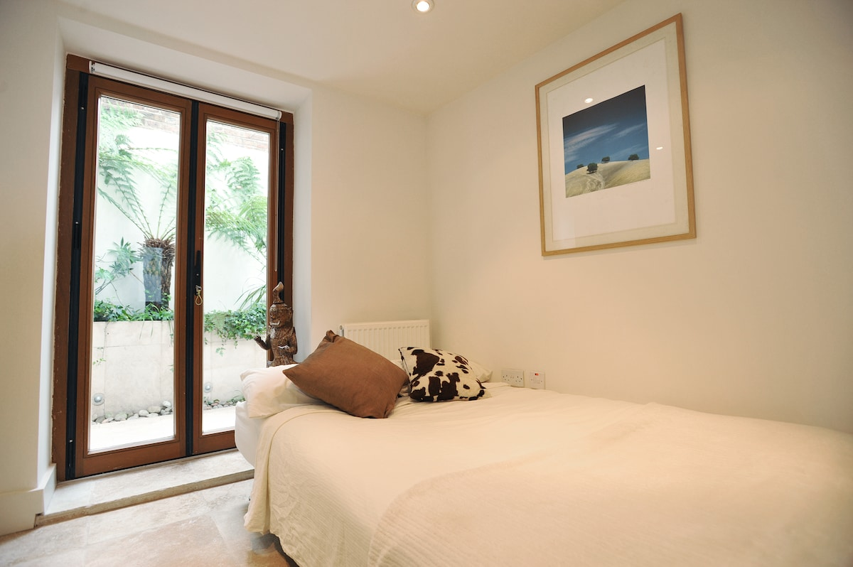 Second bedroom, with garden view & access