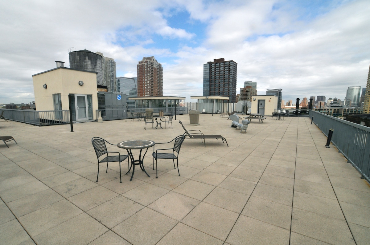 Huge rooftop deck (15,000 sq ft) with NYC skyline views, yoga classes, lounge chairs and hammocks (shared space)