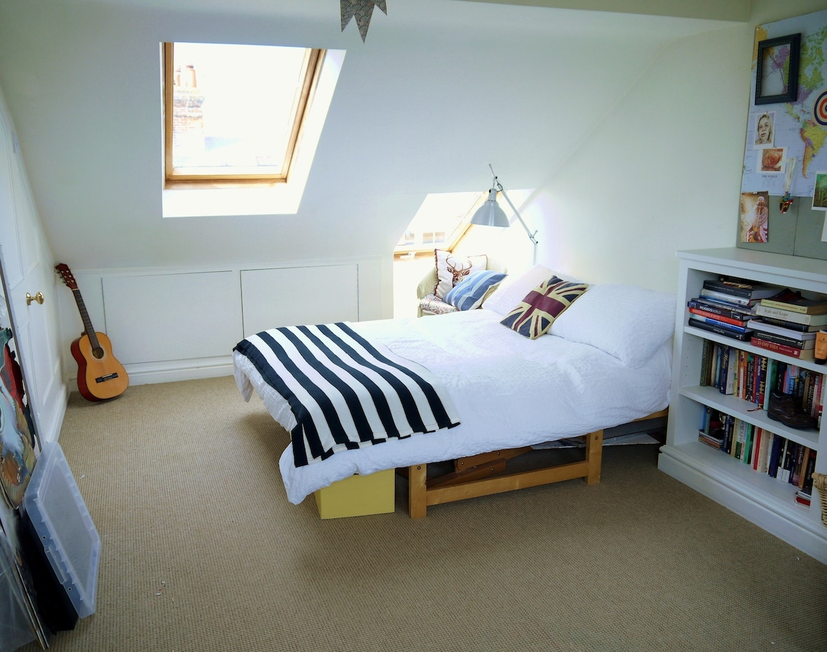 Peaceful central ensuite loft room