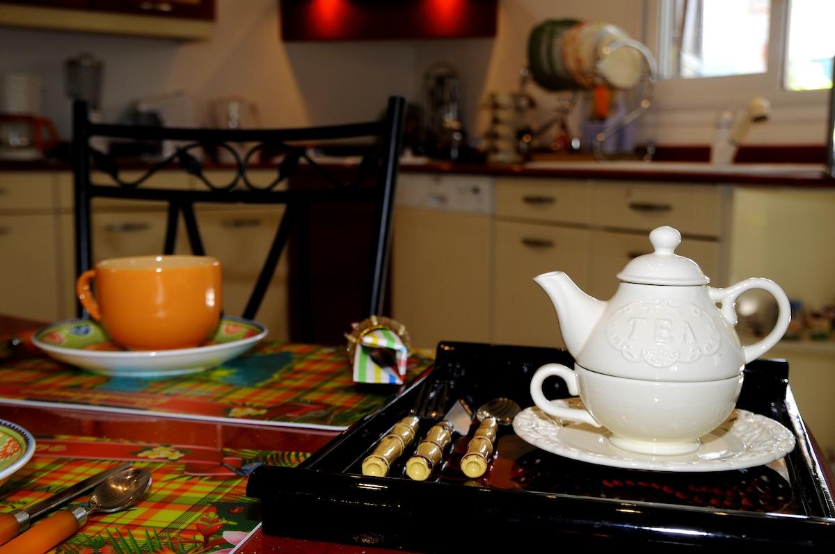 Vous prendriez bien un thé dans la cuisine ?