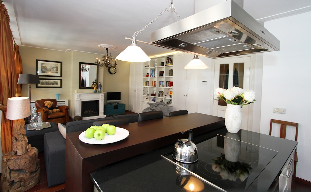 This cheerful and bright aparment offers guests a luxurious home base in the very heart of Amsterdam.