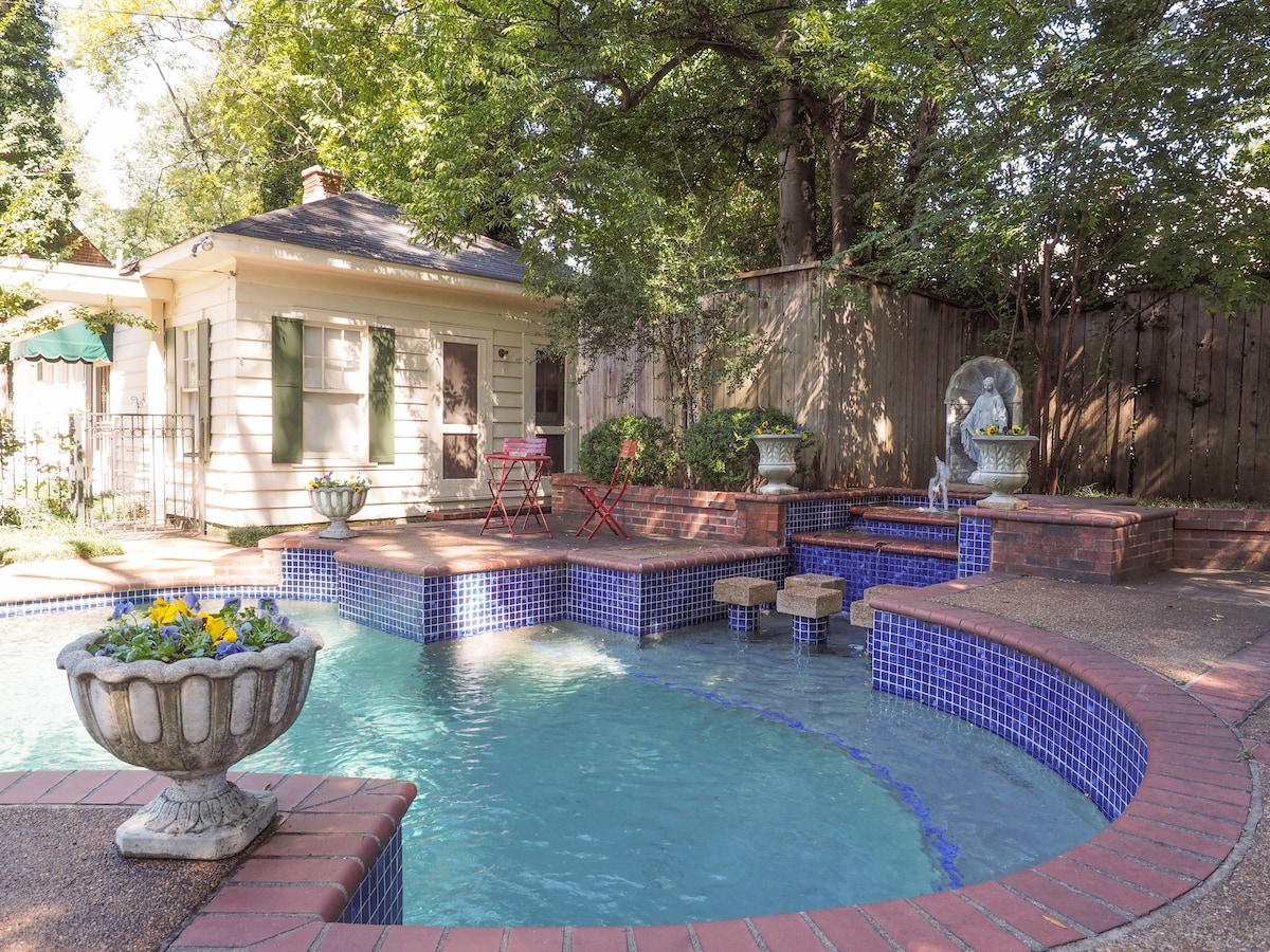 Beautiful guest cottage seperate and secluded which is next to flowing fountain and pool.