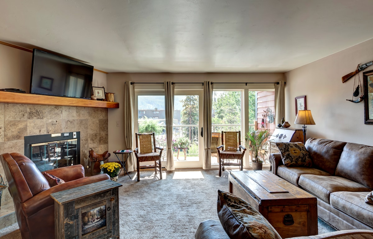 Living room with views of Mt Baldy, cable LCD TV, & gas fireplace