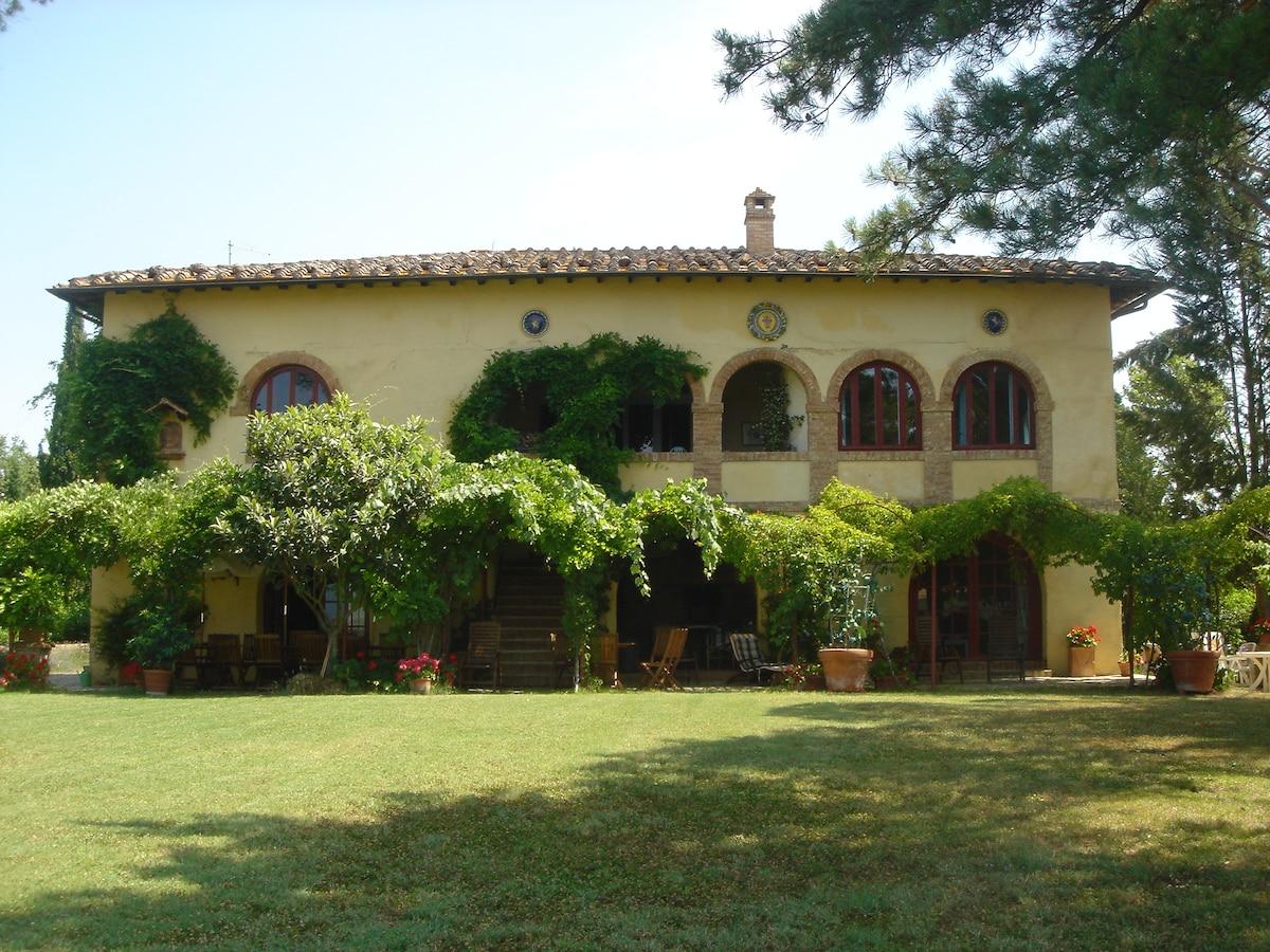 Tuscan Villa with pool - Sleeps 17+