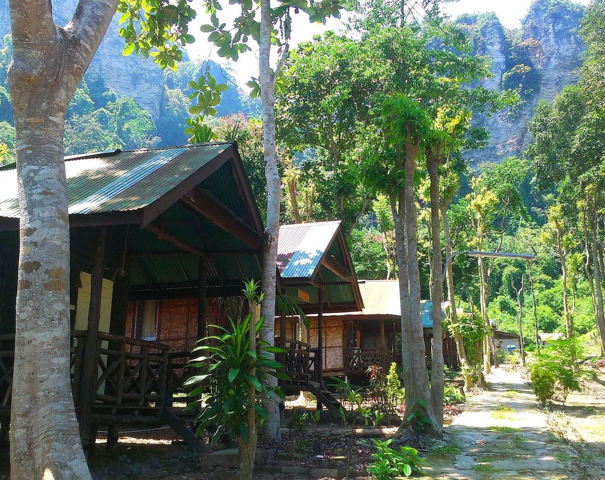 Chill Out bar and Bungalow in front of Tonsai cliff.