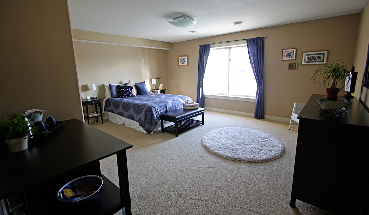 Large Qn Bedroom w/private bathroom