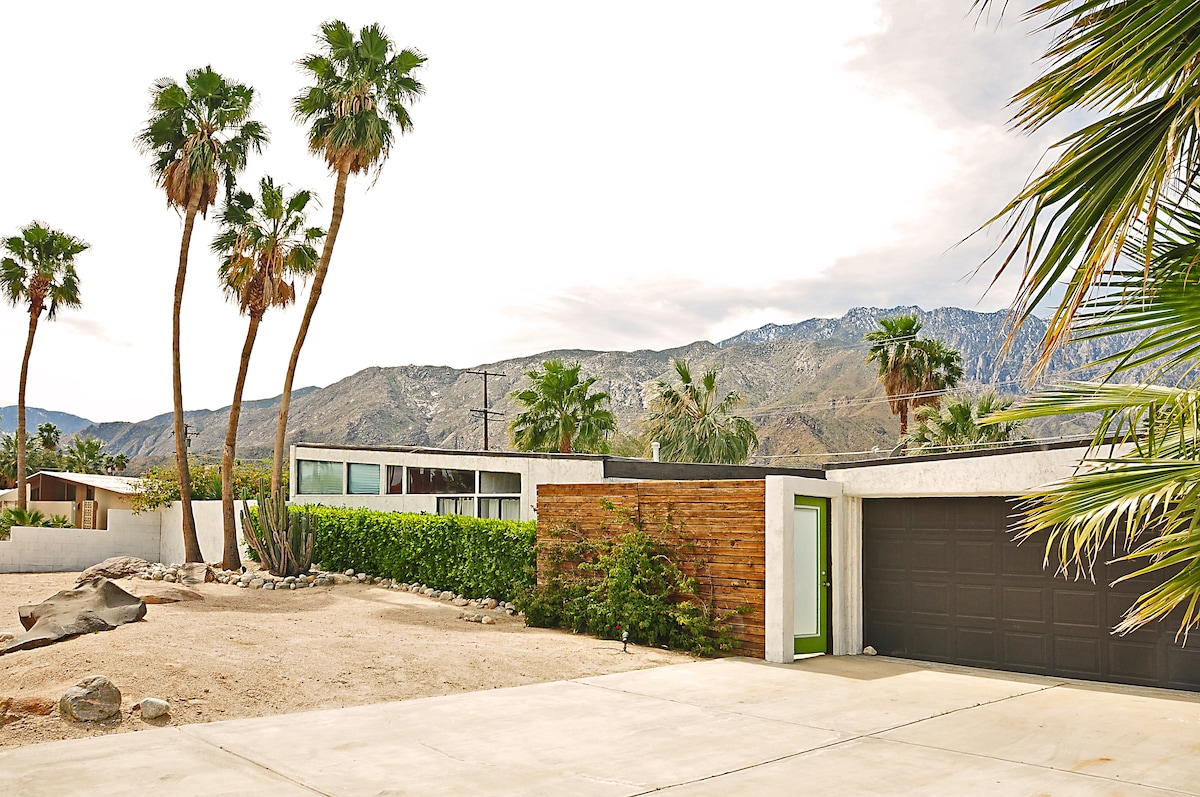 Mid century modern home with pool in palm springs for New modern homes palm springs