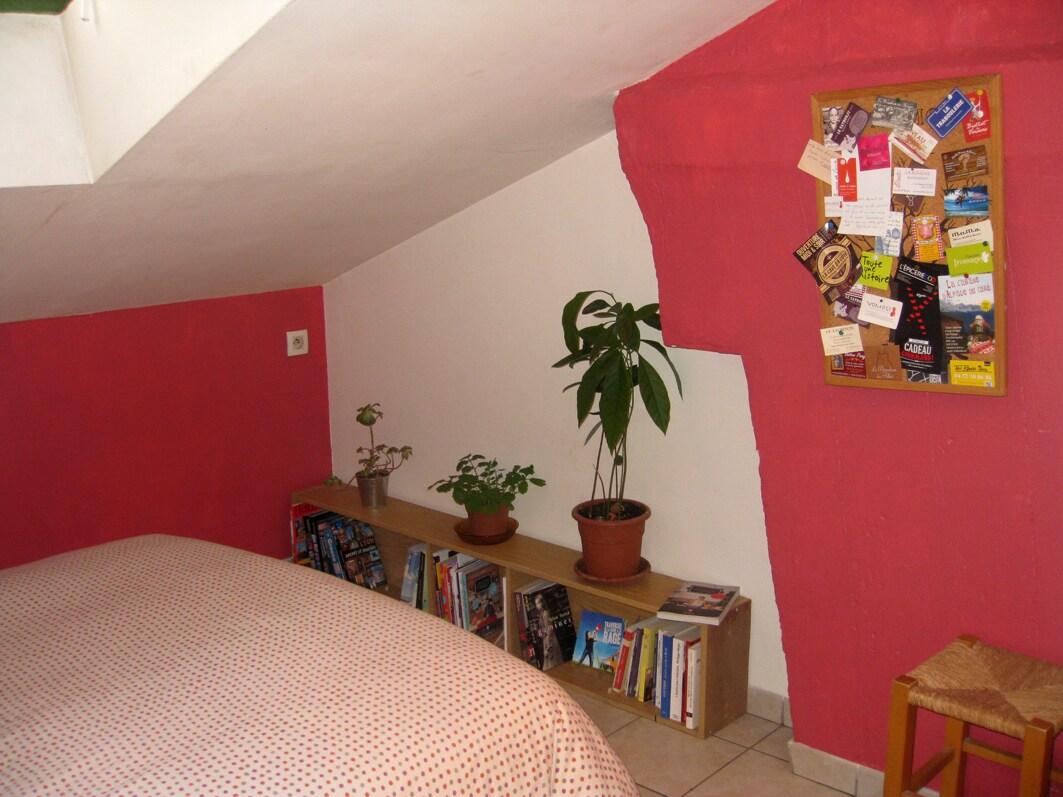 au bout du lit, des livres et des documents sur Lyon