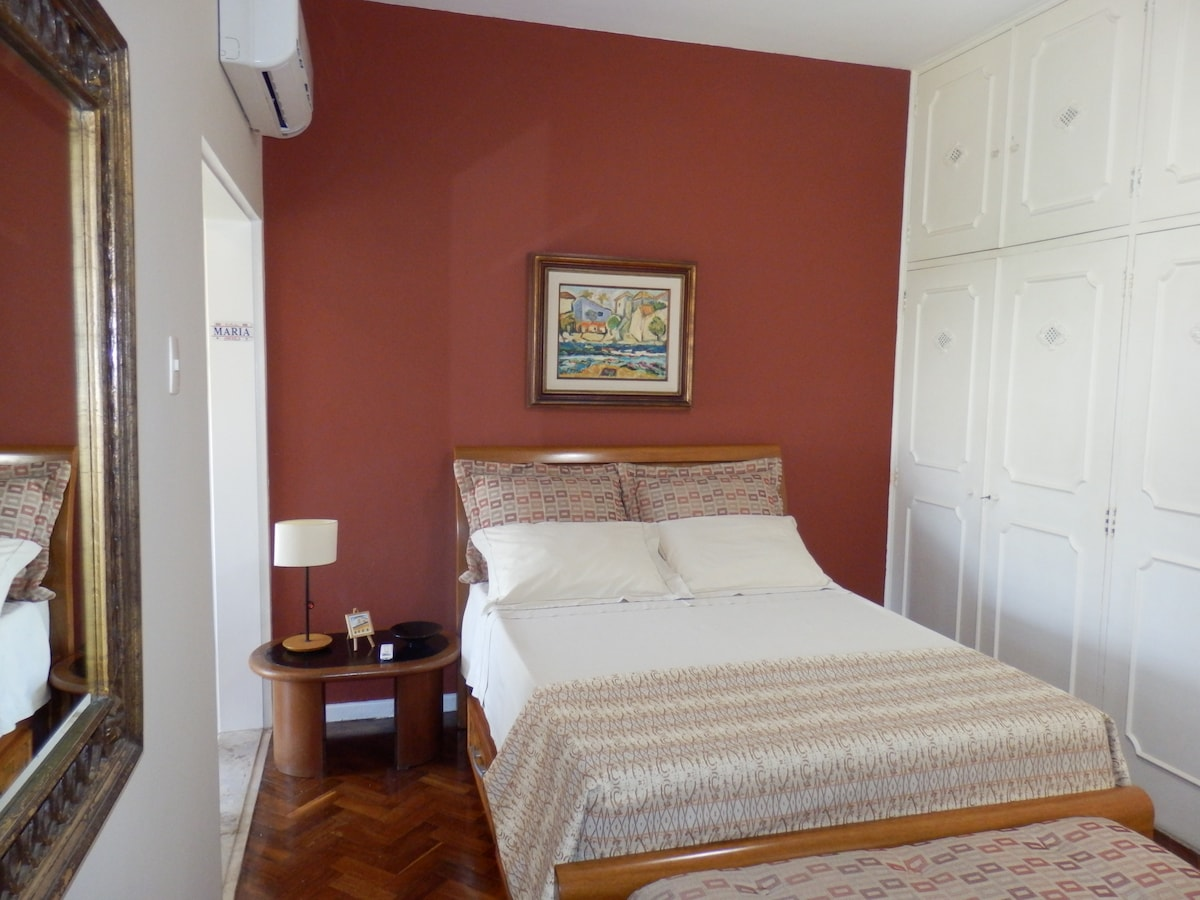 Your bedroom. On the left side there is a den/sunroom with a window facing Praça General Osório