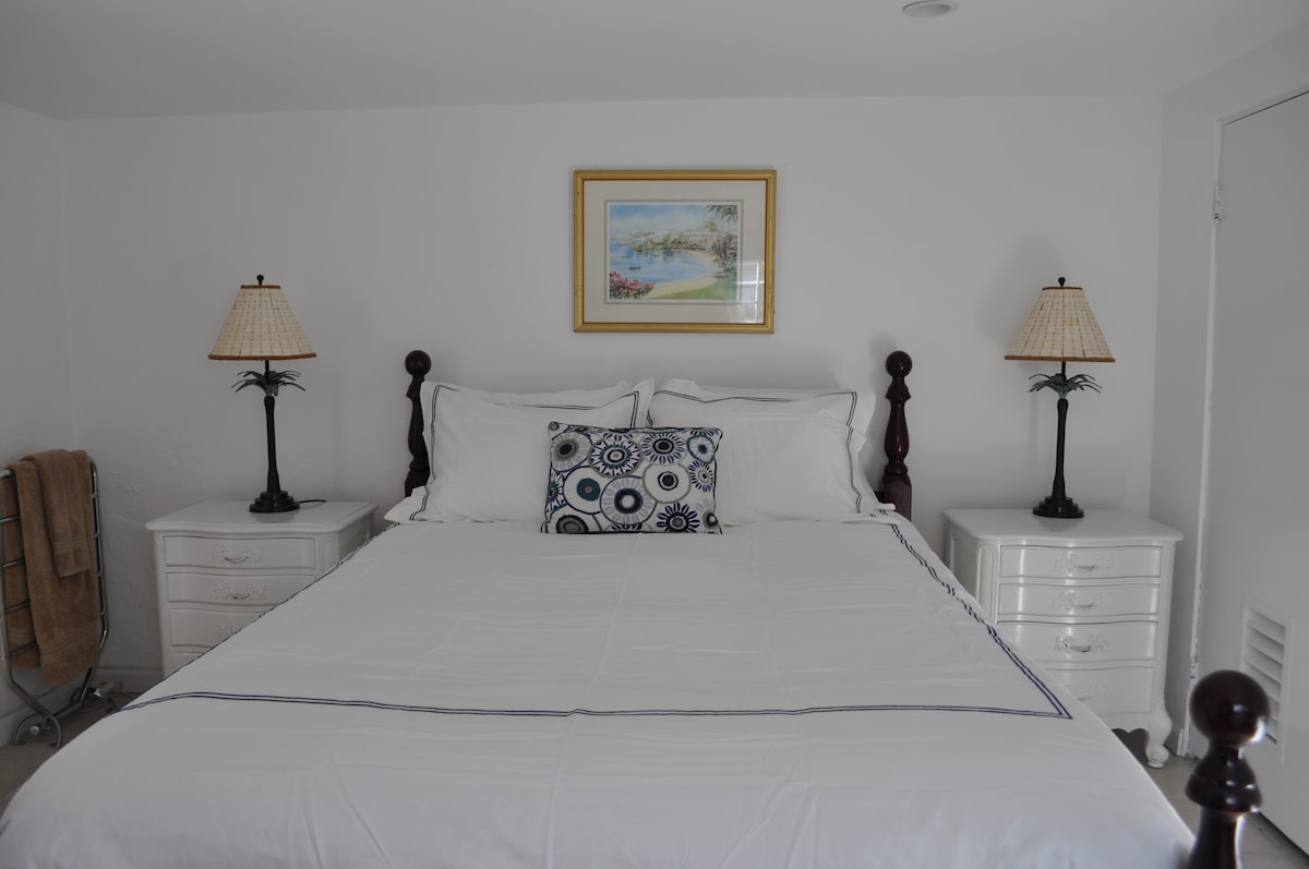 Bedroom with Queen size bed and two ample closets.