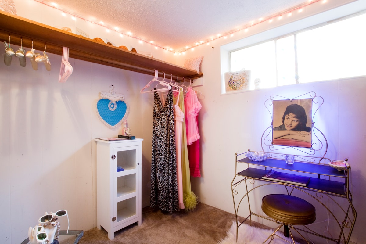 the side 'bonus room' has lots and lots of closet space and a spot for you to put on mascara and lipstick.