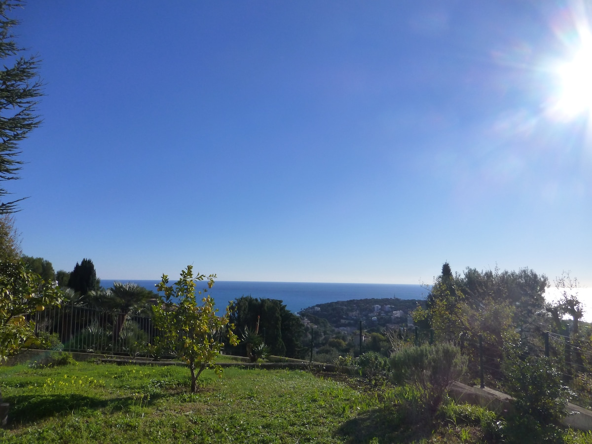 rez de jardin dans villa   Vue Mer.
