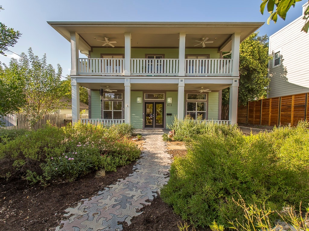 4BR Gorgeous deck walk to downtown!