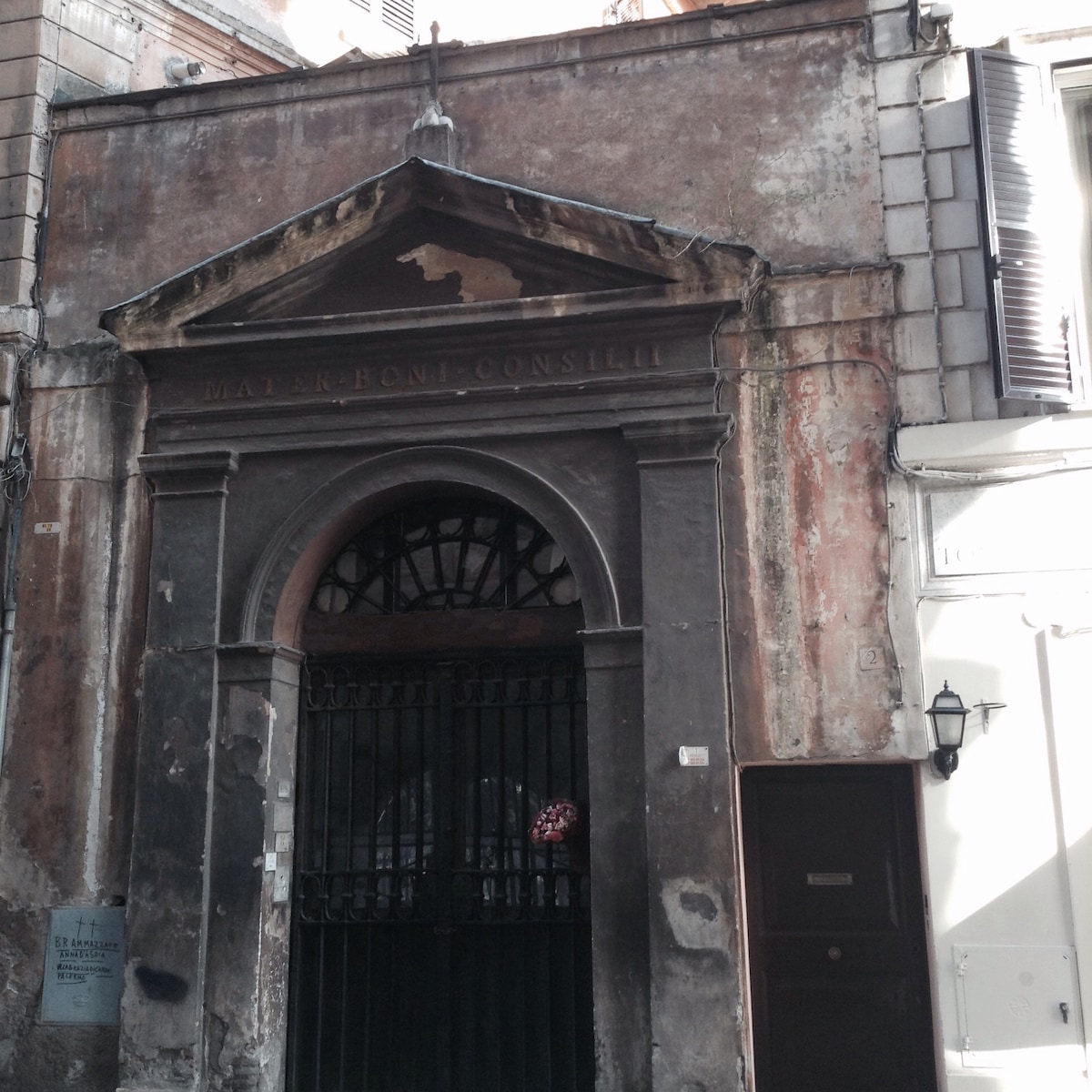 "The apartment located in the tympanum of the nineteenth-century Chapel ""Mater Boni Consilii"" facing the wall of Augustus and the portal of the seventeenth century the Church of the Annunciation."