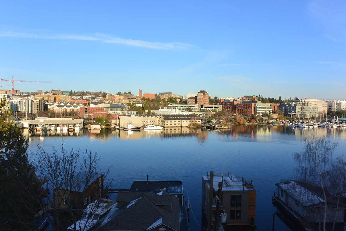 Beautiful 2 Bed w/Portage Bay Views