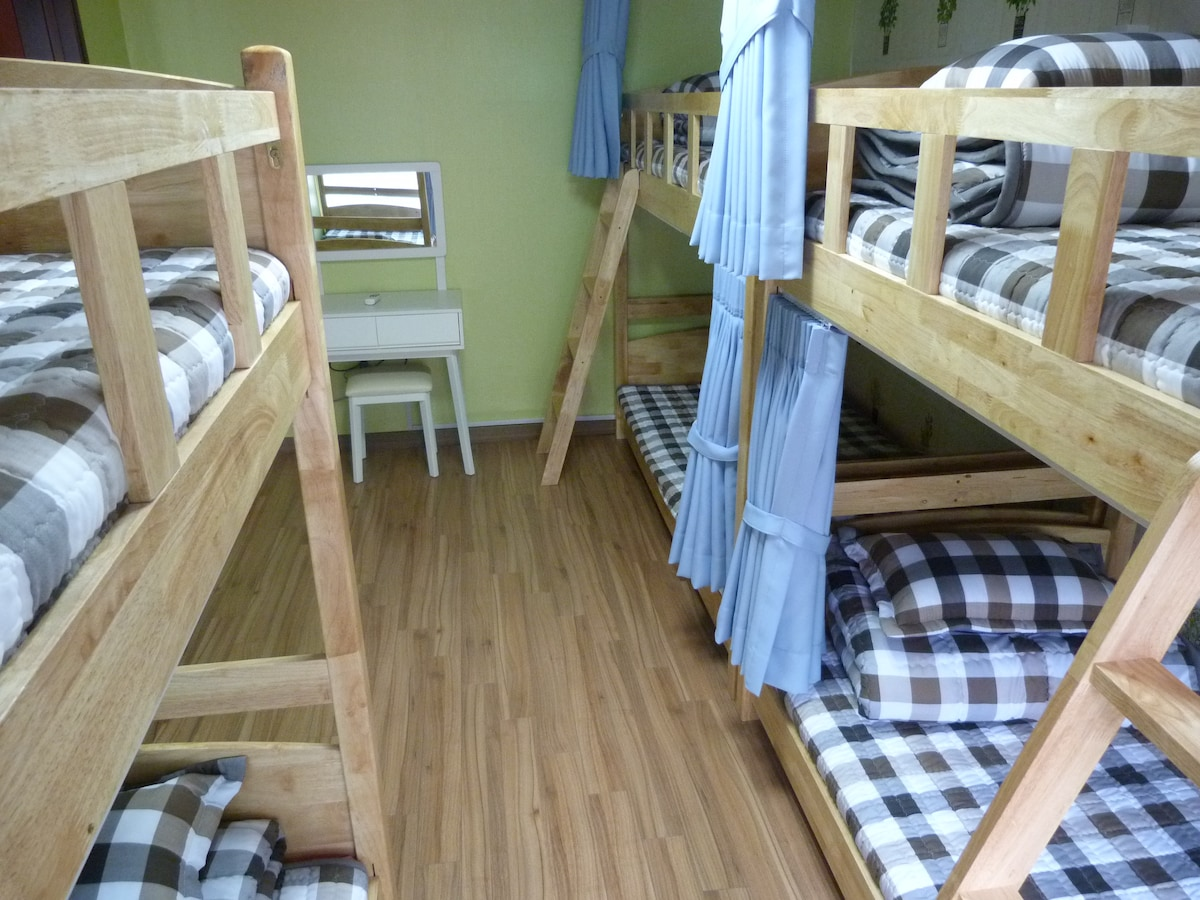 6 bed mixed dormitory room
