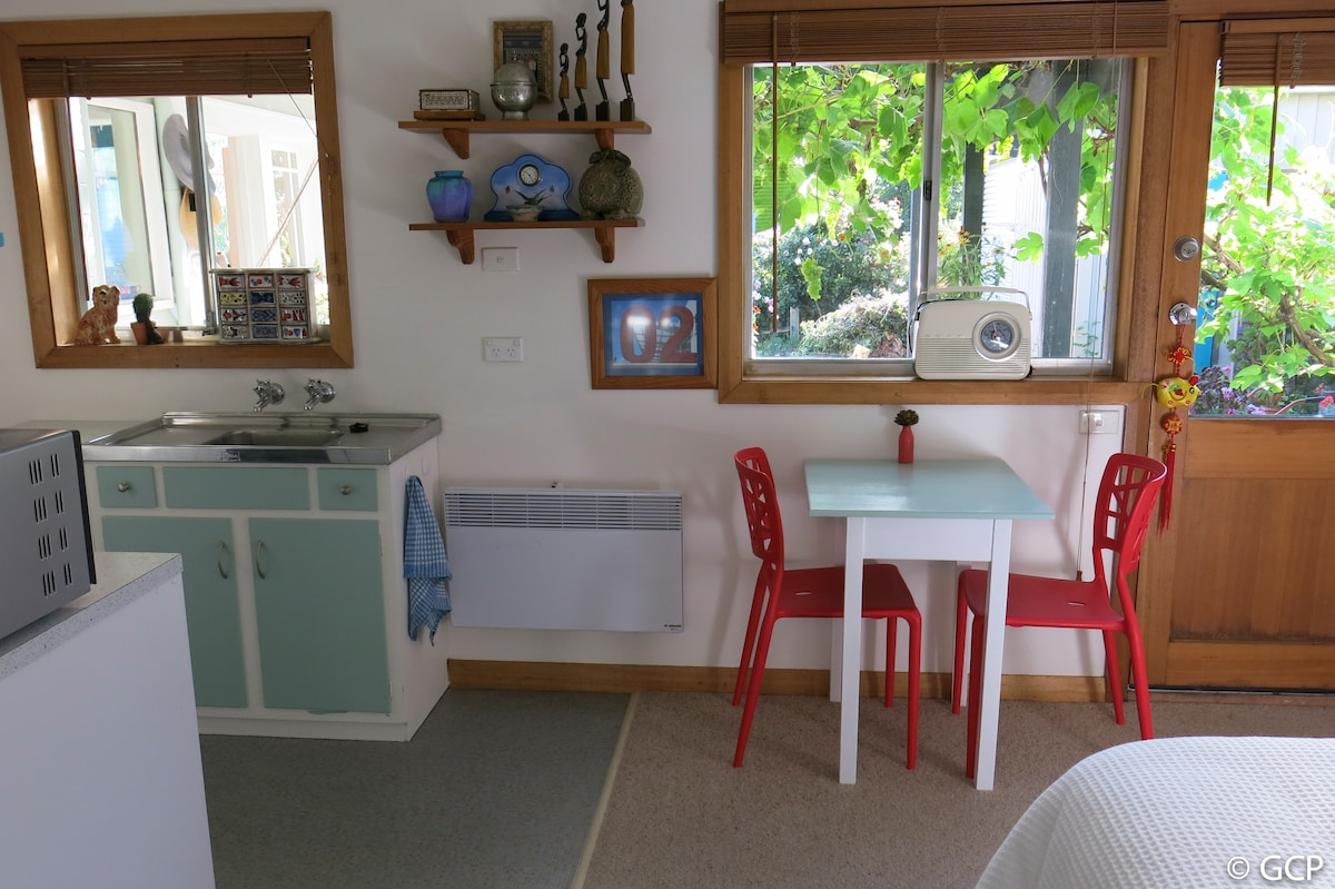 Quirky  studio flat in Sandy Bay