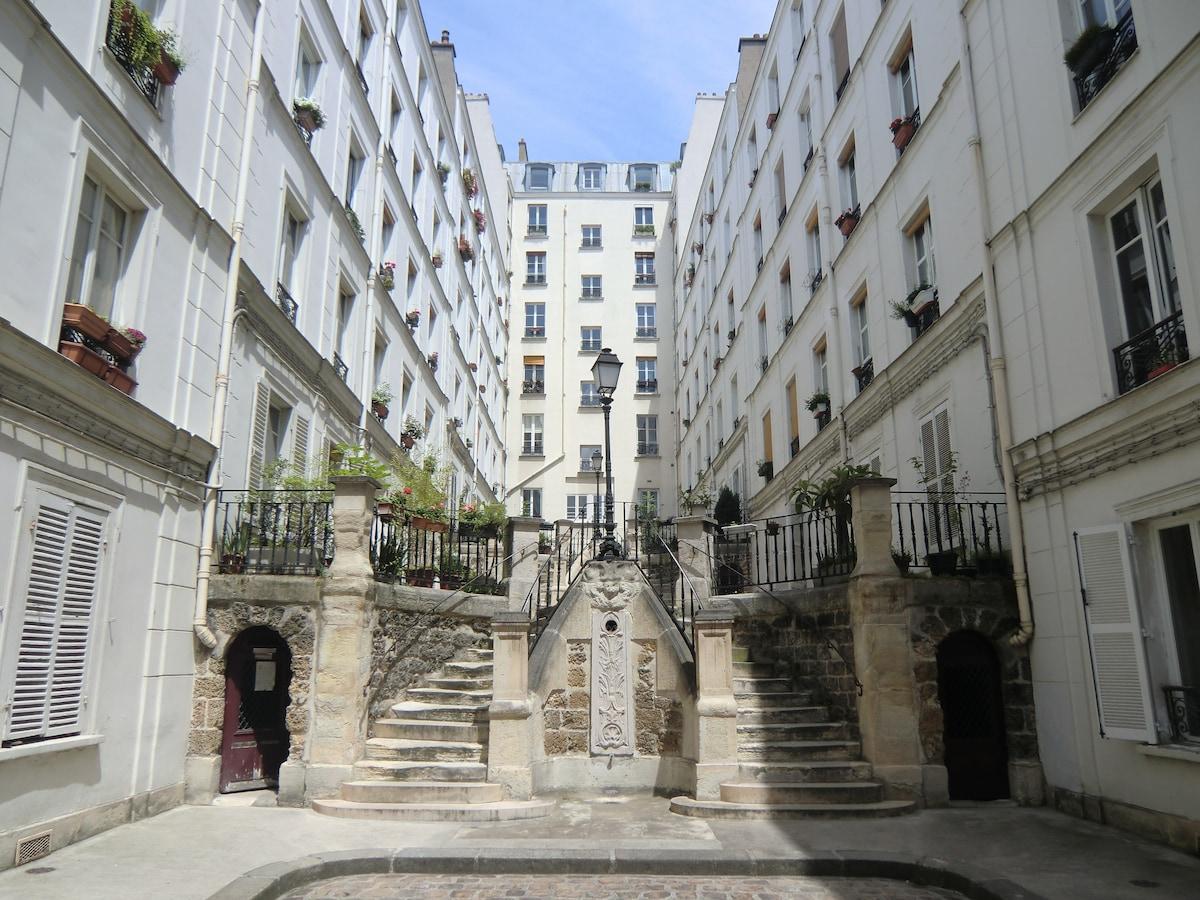 Quiet bright flat in Montmartre