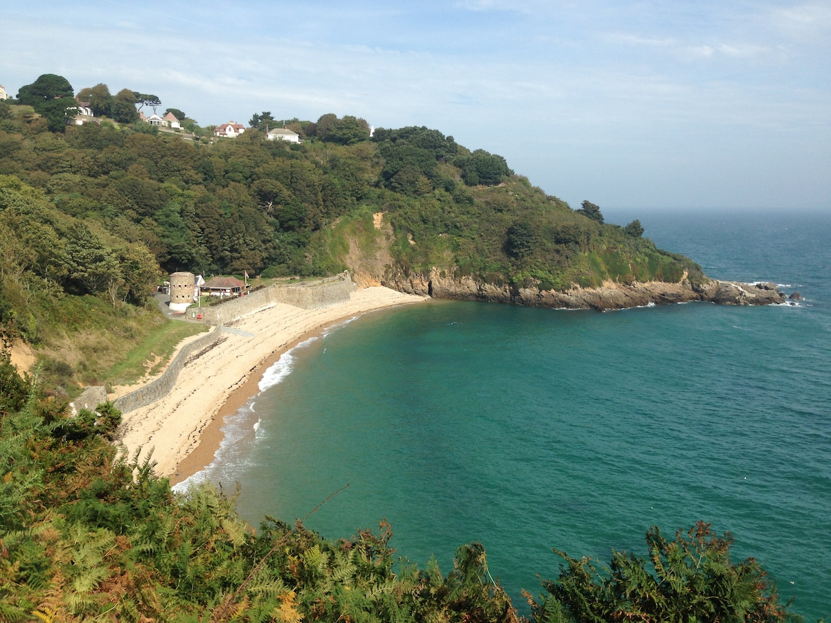 3 mins walk to stunning cliff path