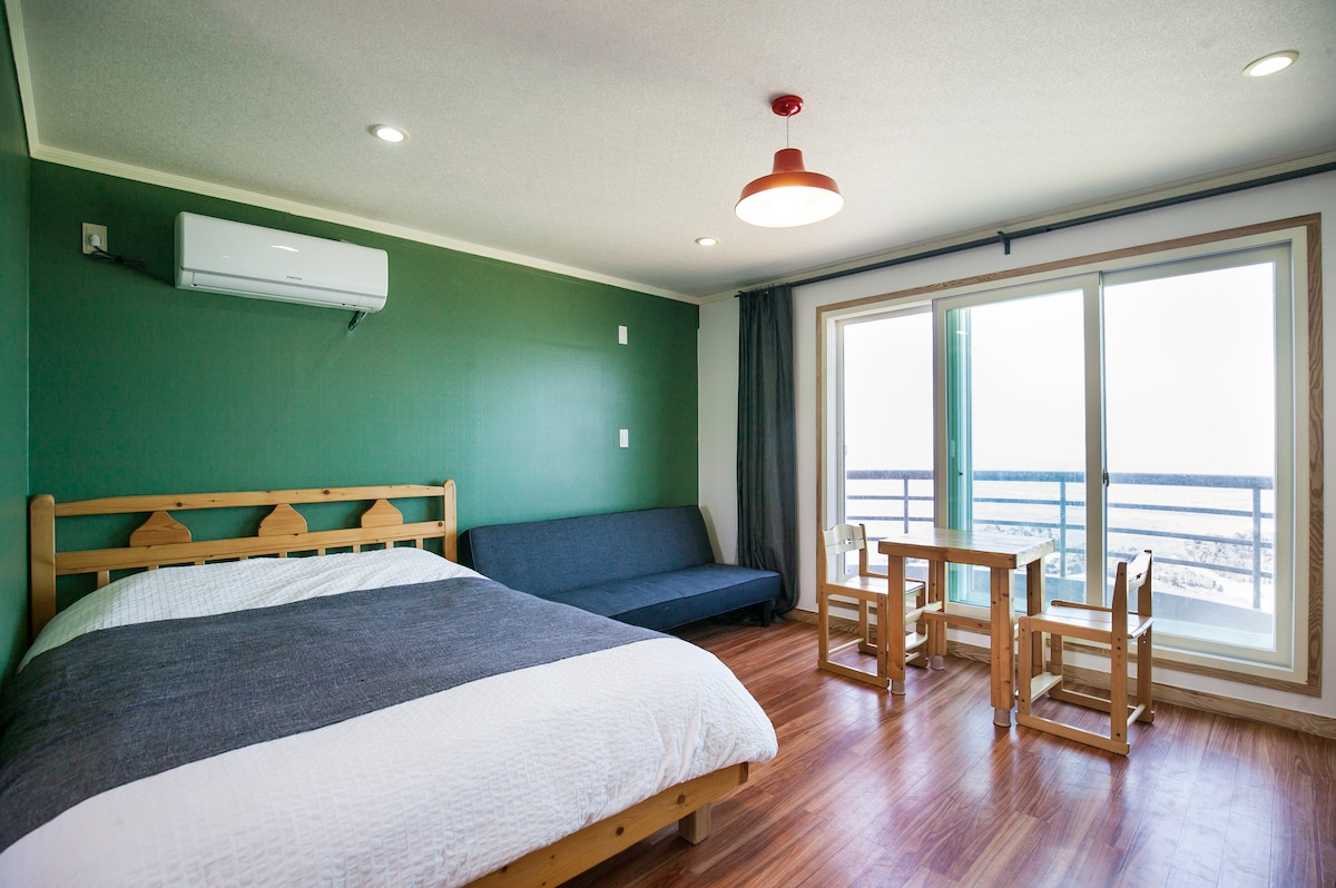 Room for 2~3, ocean view, airport