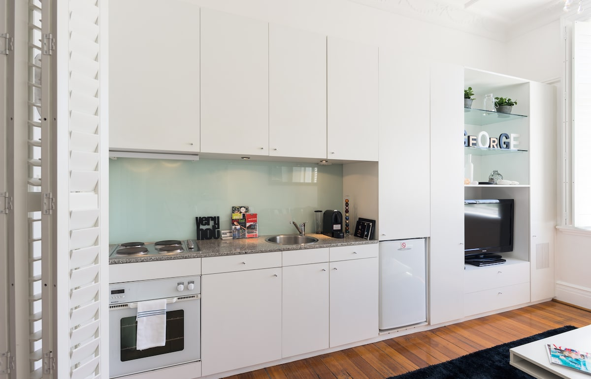 Modern kitchen with Nespesso coffee machine,Large flat screen TV, DVD player,Bluetooth and Free Wi Fi.