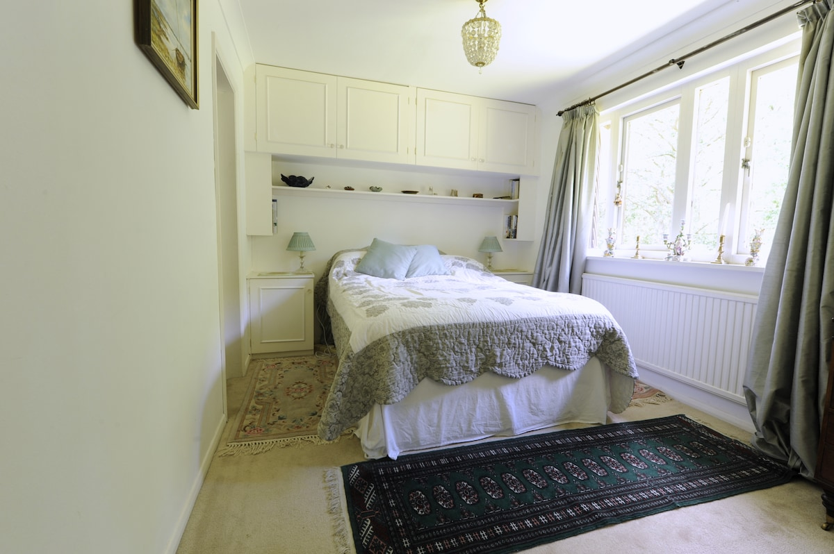 Double bedroom with view over the garden.