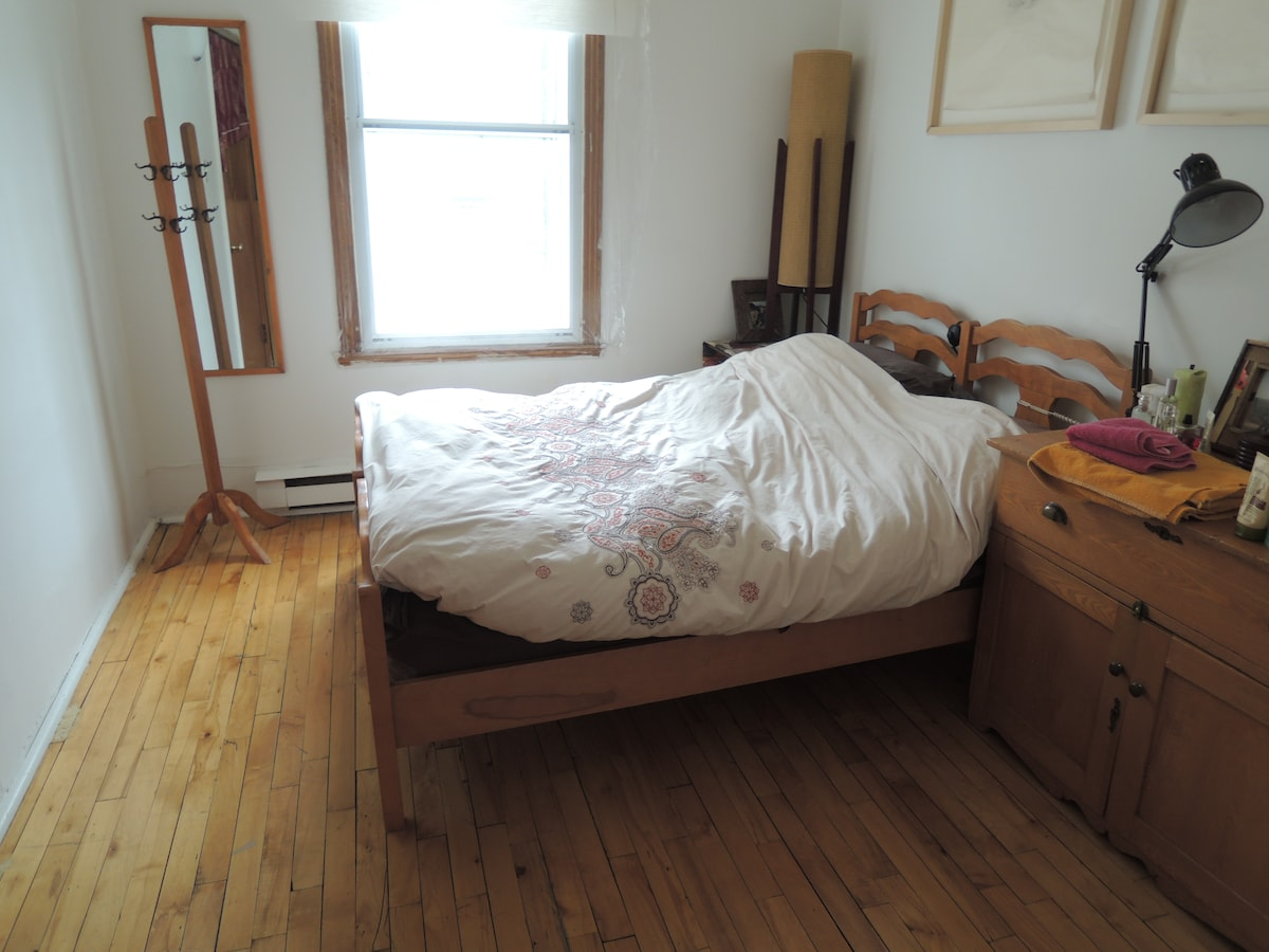 Sunny room to rent in Montreal.