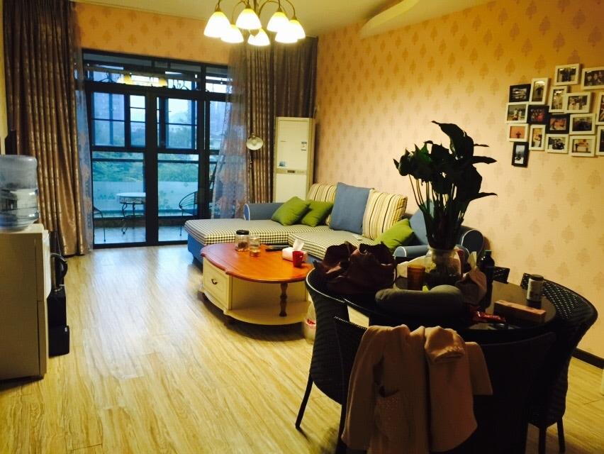 文艺温馨的两室一厅~大大的阳台晒太阳噢