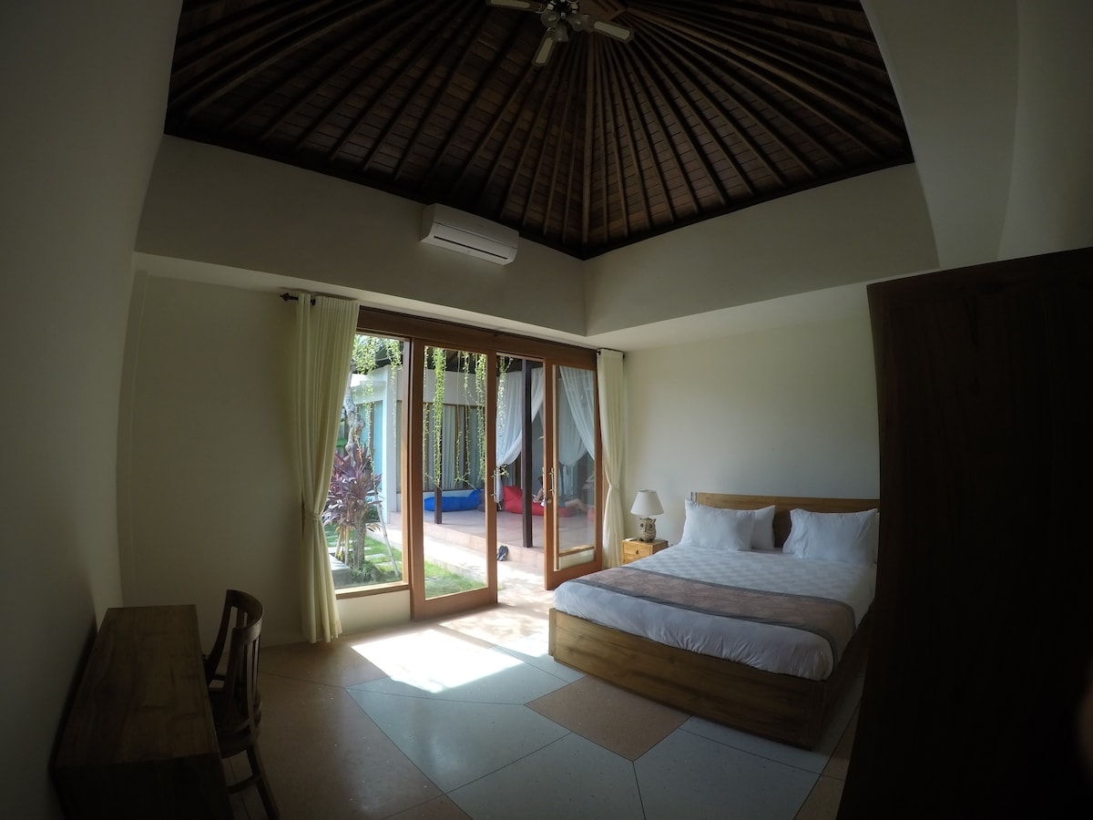 Room close to the beach with pool