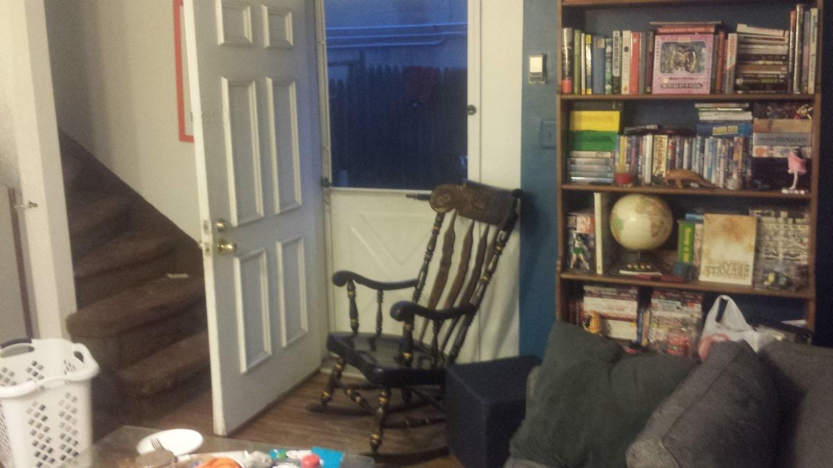 Cozy Room in Trinity Rowhouse