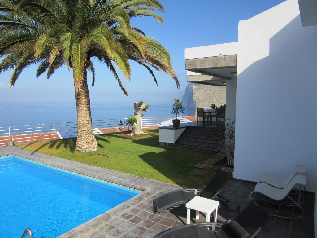 The villa has 4 bedrooms, ocean vie