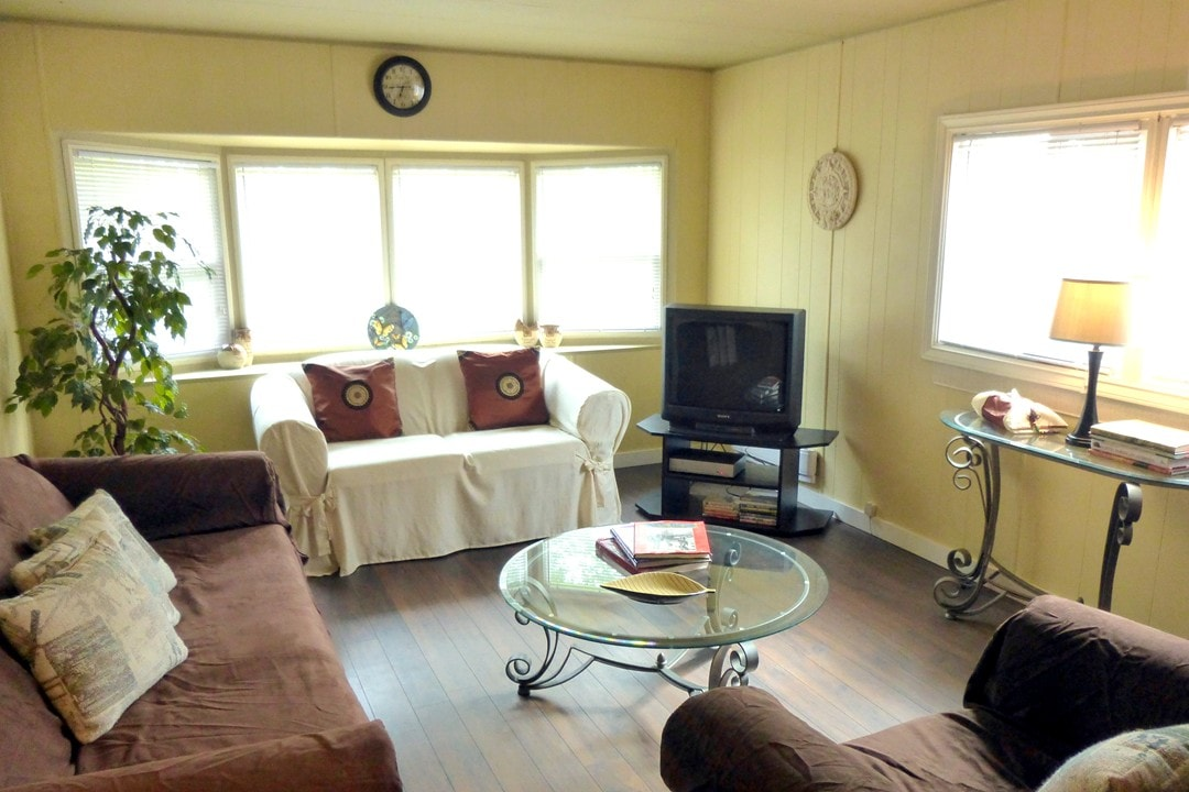 2BR COUNTRY COTTAGE Vancouver CUTE!