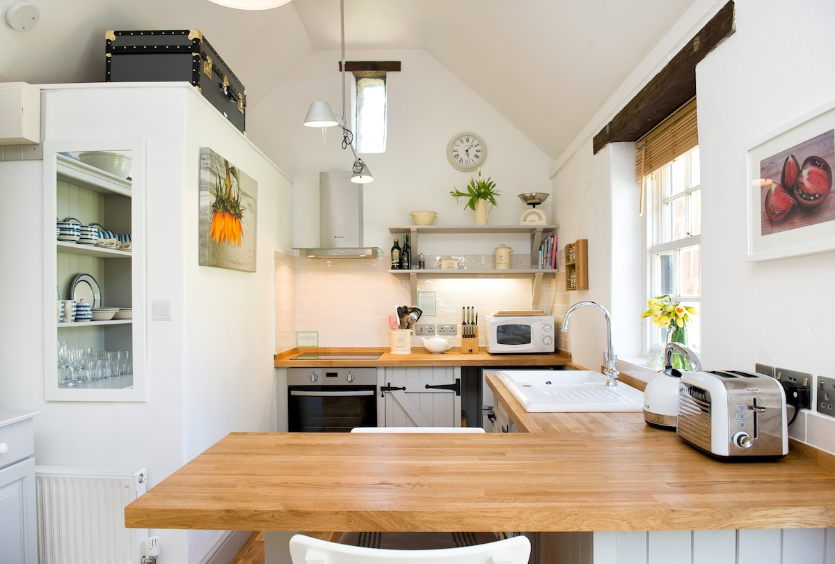 Fully equipped kitchen, with solid oak surfaces, breakfast bar, oven, grill, induction hob, microwave, toaster, fridge-freezer, washer/dryer and power sockets with USB chargers for all your devices; smartphones, tablets, laptops etc!