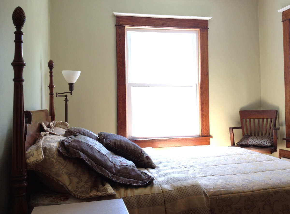 Lovely Room w/ Amenities Downtown!