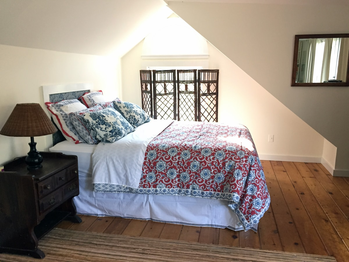 Queen-size bed with fresh linens and towels provided, cable tv, wireless internet, and air conditioning.
