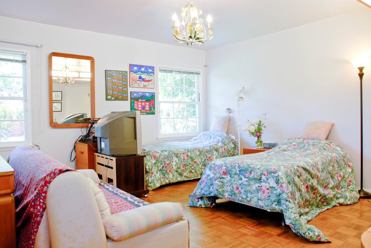 Bedroom (another view)