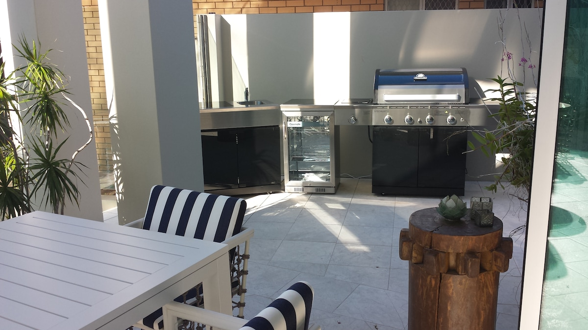 Outdoor kitchen and BBQ facilities