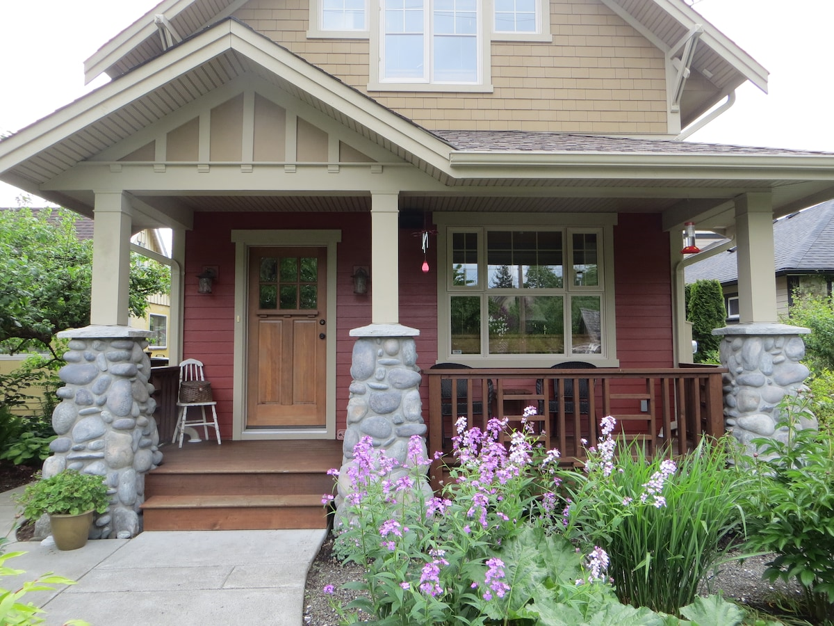 Small Bdrm ~ Charming Downtown Home
