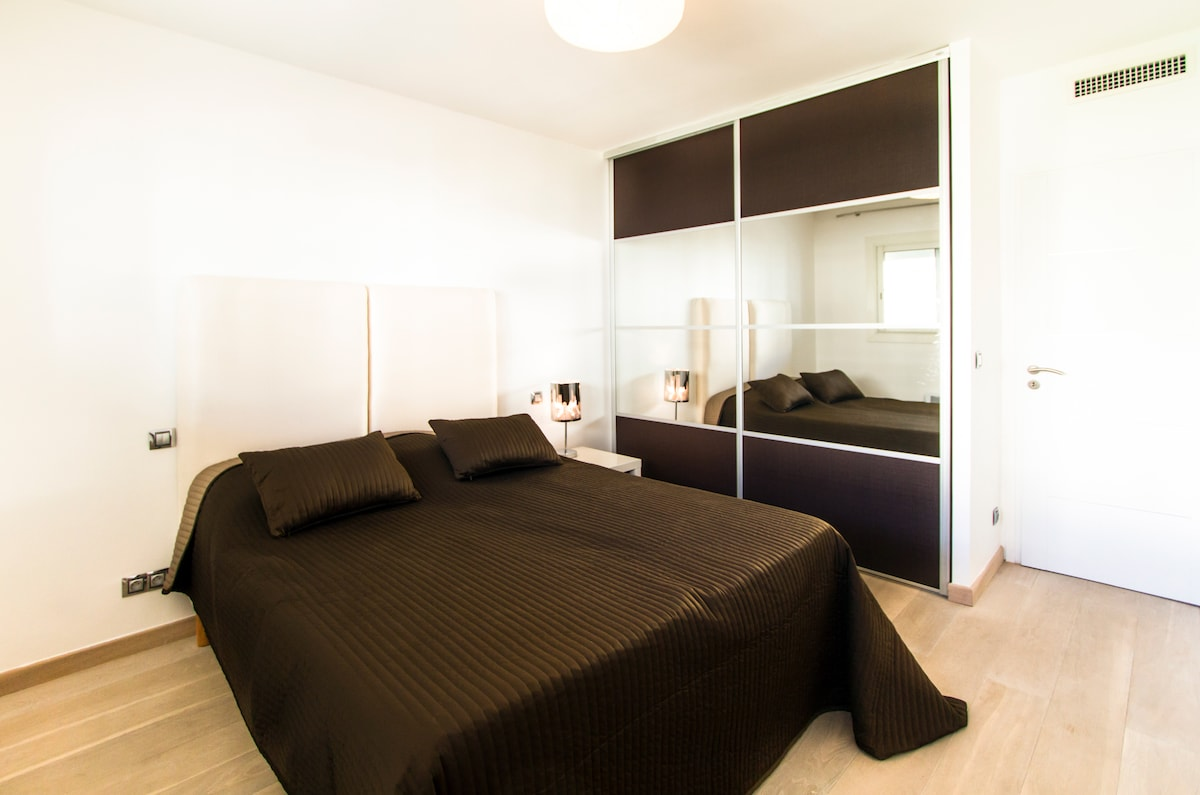 LARGE BED HIGH QUALITY IN A LARGE BEDROOM POSSIBLE 2 SEPARATE BEDS;