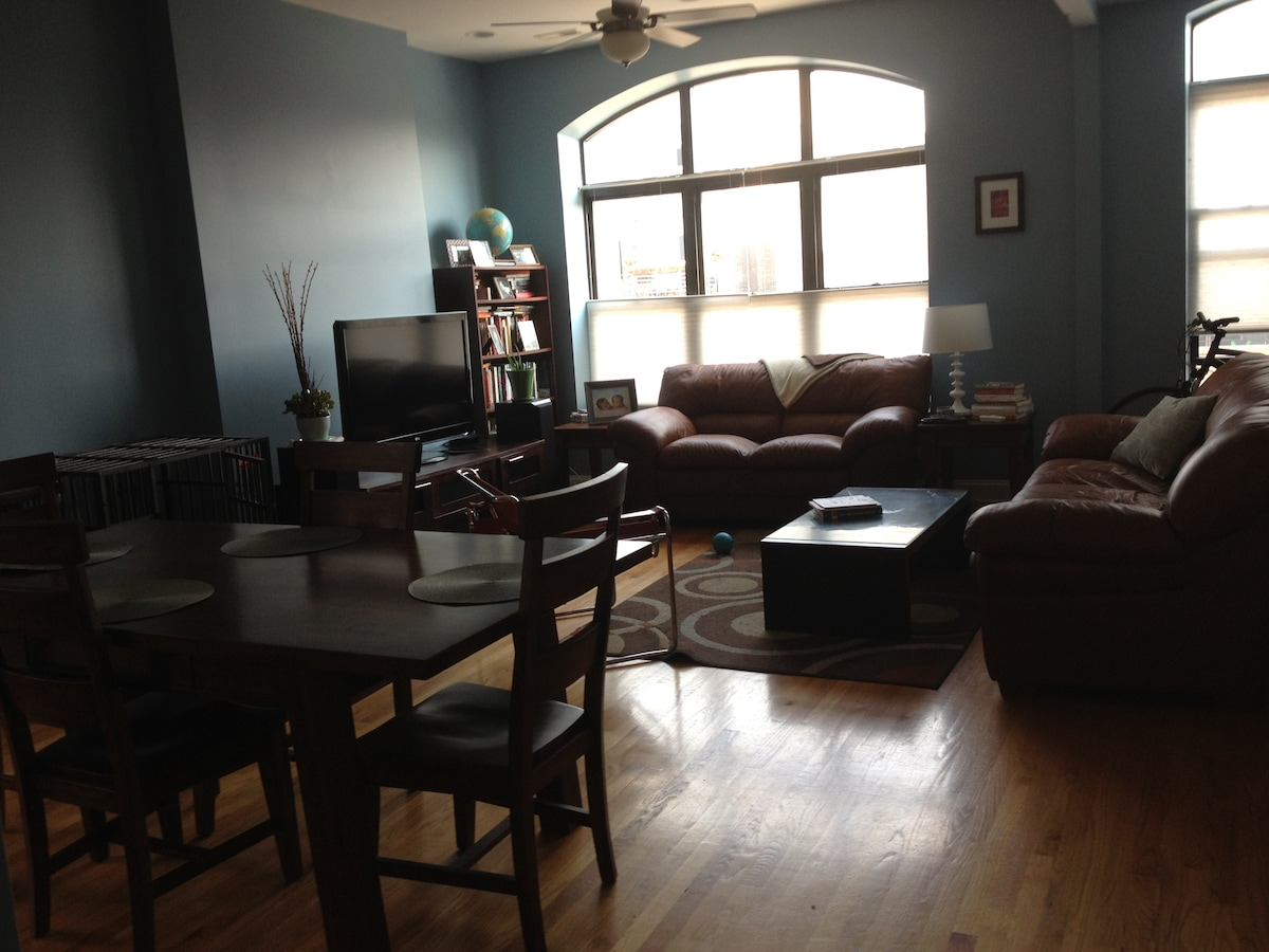 Sunny 2 bed/2 bath in West Town!
