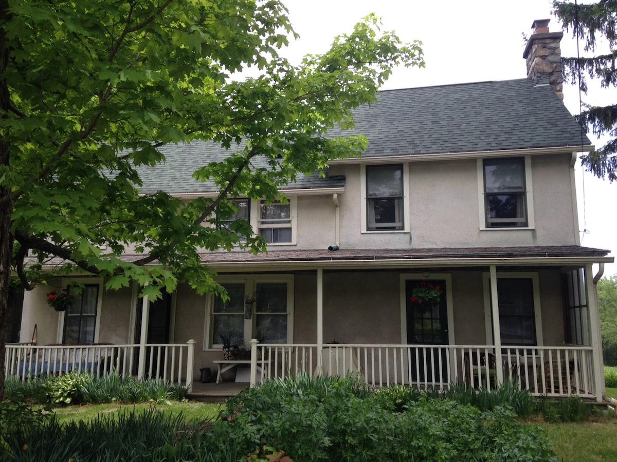 Quaint Farm House near Downtown, 1b