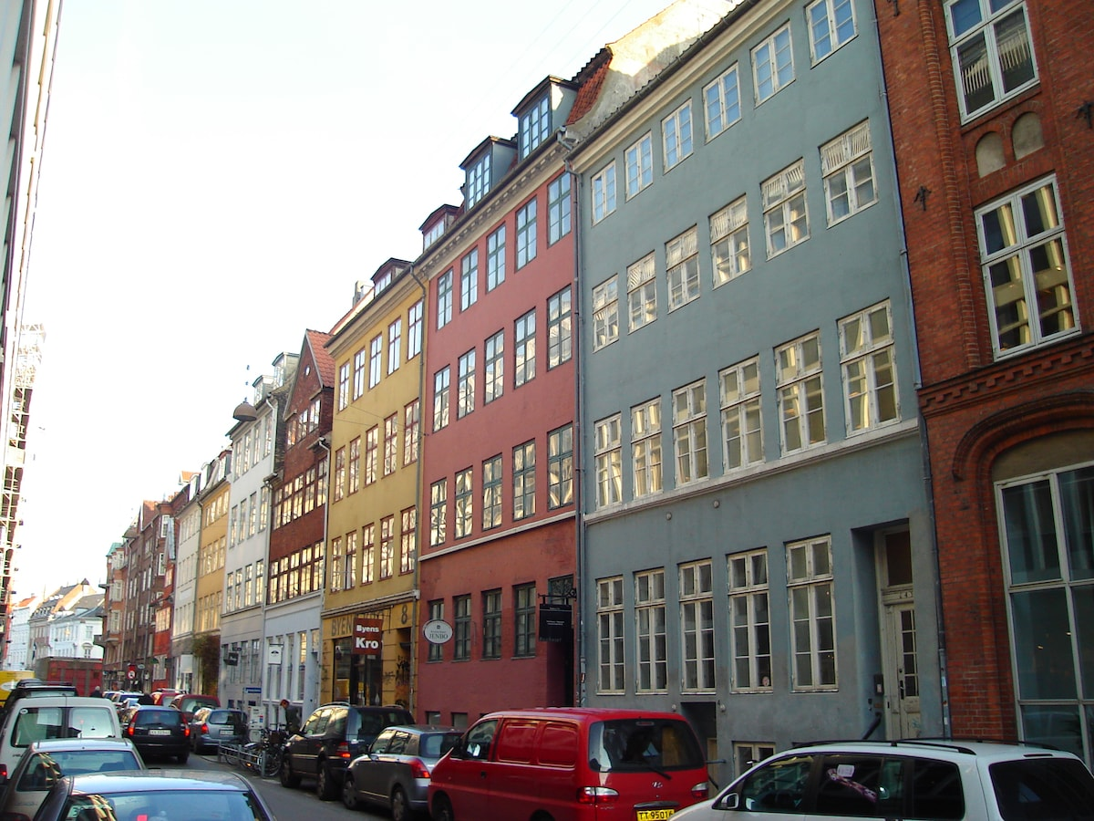 A view to the original building, absolutely central in Copenhagen, and built in 1660. The apartment is located on the 3rd and 4th floors and its location allows you to access most areas of interest within 15 minutes walk!