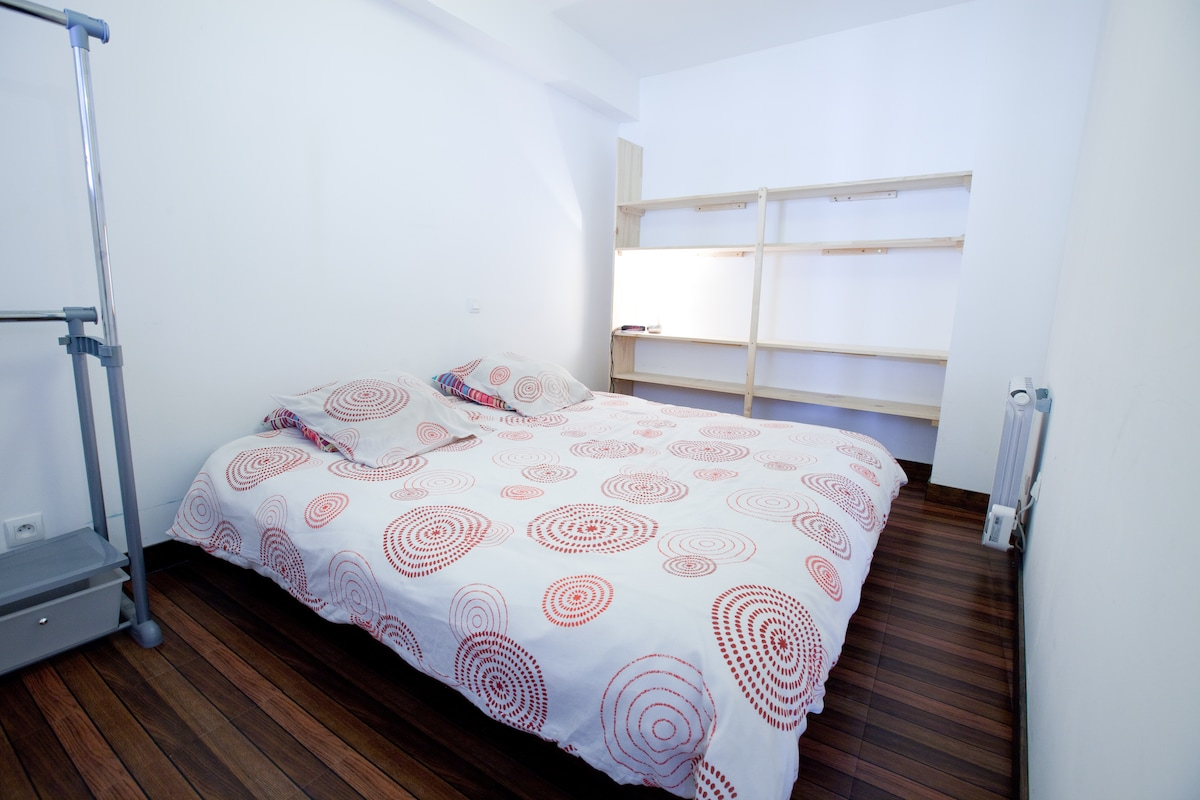 la chambre avec ses étagères - the bedroom with its shelves