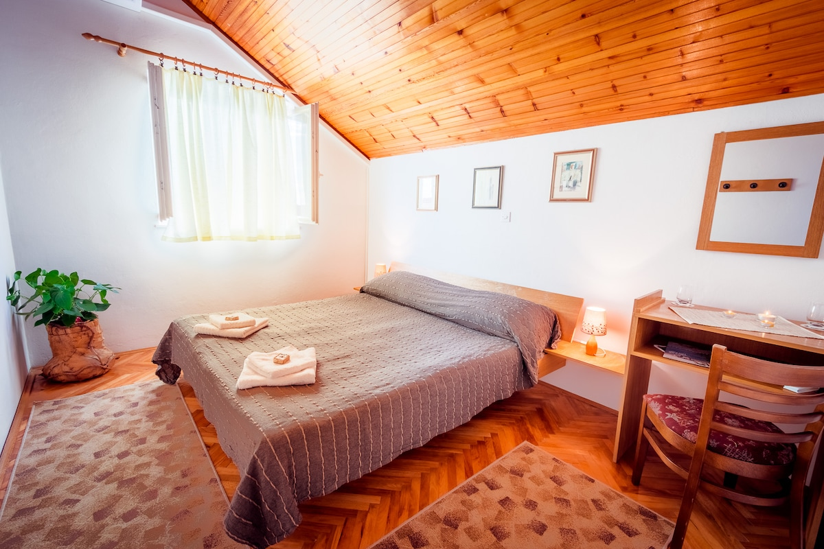 ELAPHITES: Cozy & Quiet Double Room